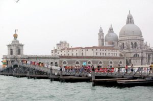 Competitors of the Venice Marathon cross