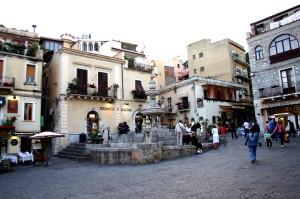 0062_-_Taormina_-_Piazza_Duomo_-_Foto_Giovanni_Dall'Orto19-May-2008